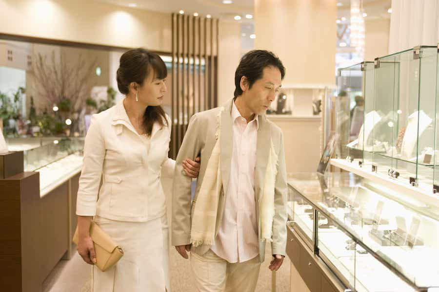 Electronic locks securing jewelry stores
